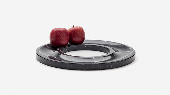 Marblelous goes black. Ring tray in marquina marble with two red apples